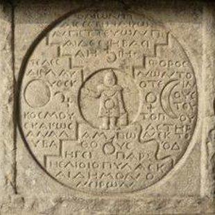 Atzīmējot savu 75 gadu dzimšanas dienu K.G.Jungs akmenī izkaļ mandalu, 1950.gads